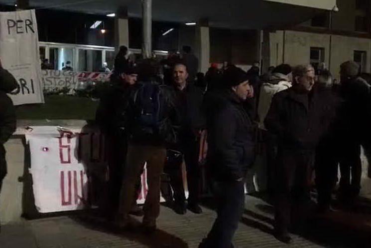 Latte, a centinaia davanti alla Regione in attesa di notizie