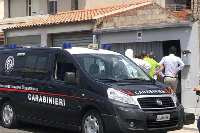 I carabinieri di Santa Giusta e del Nucleo investigativo del Comando provinciale di Oristano davanti all'abitazione di Ignazio Manca (Ansa)