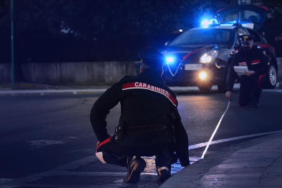 Pula, resta illeso in un incidente. Ma i carabinieri gli trovano coltelli e mannaie in auto
