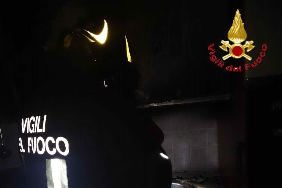 L'incendio (foto Vigili del fuoco)