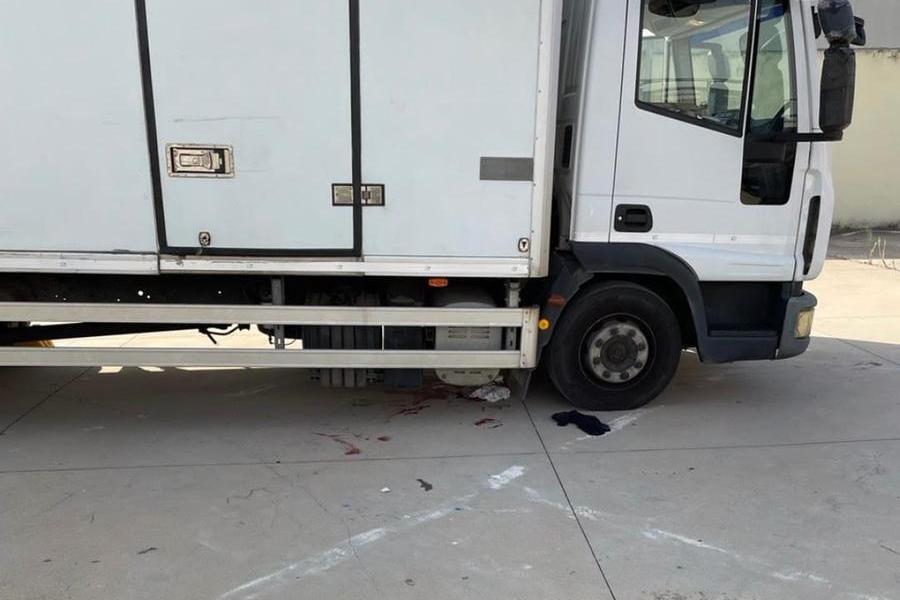 Investito in retromarcia, restaincastrato sotto il furgone: l'incidente a Oristano