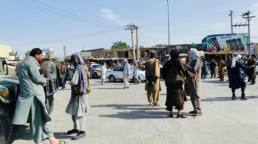 Caos a Kabul, caccia ai collaboratori Nato casa per casa. Lacrimogeni sulla folla all'aeroporto - L'Unione Sarda.it