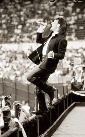 Il cantante Paul David Hewson, in arte Bono, nel 1985 a Londra