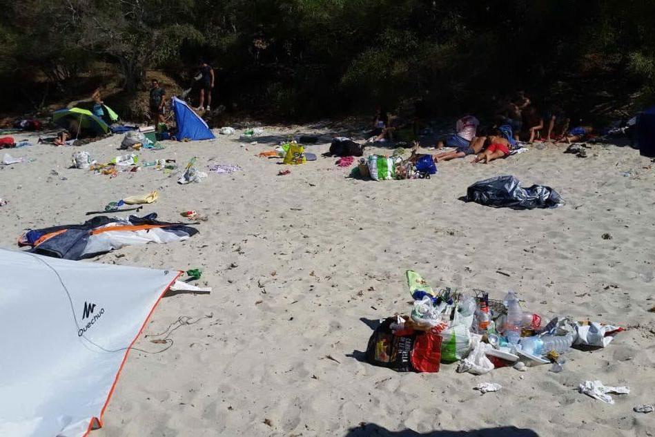 Genn'e Mari, scempio di Ferragosto: la spiaggia è un immondezzaio