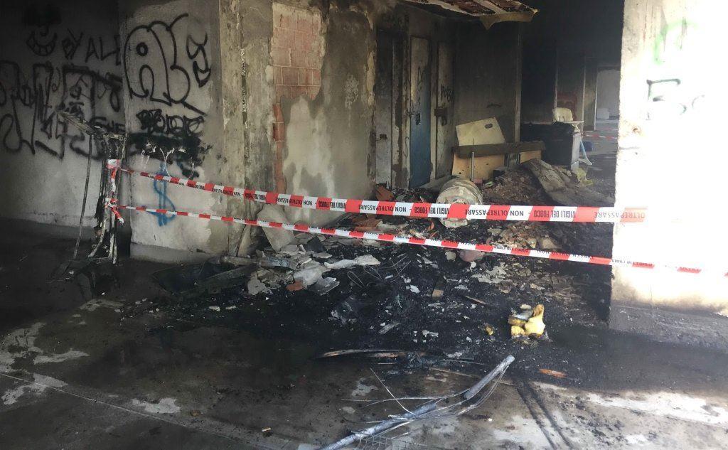 La catasta di masserizie incendiata (foto Piras)