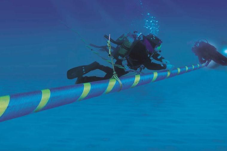 Il posizionamento di un cavo elettrico sottomarino simile a quello previsto per il collegamento tra la Sardegna, la Sicilia e la Campania (L'Unione Sarda)
