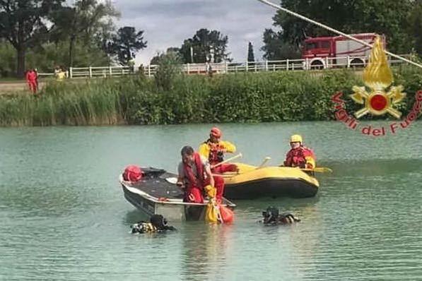 Cavallo cade nel laghetto, 27enne muore nel tentativo di salvarlo