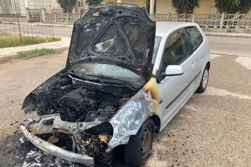 Porto Torres, a fuoco una Polo: è la settima auto dall'inizio dell'anno