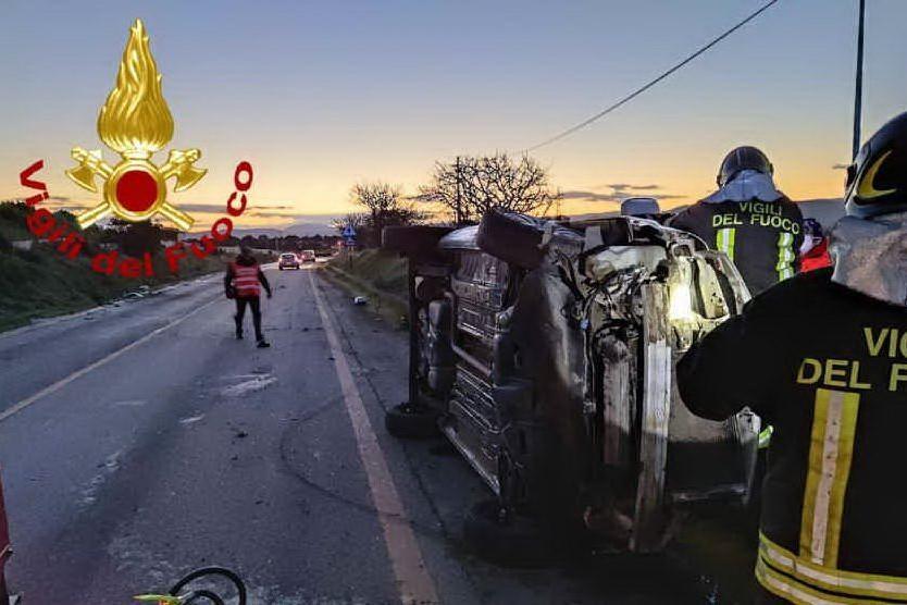 Il furgone ribaltato (foto Vigili del fuoco)