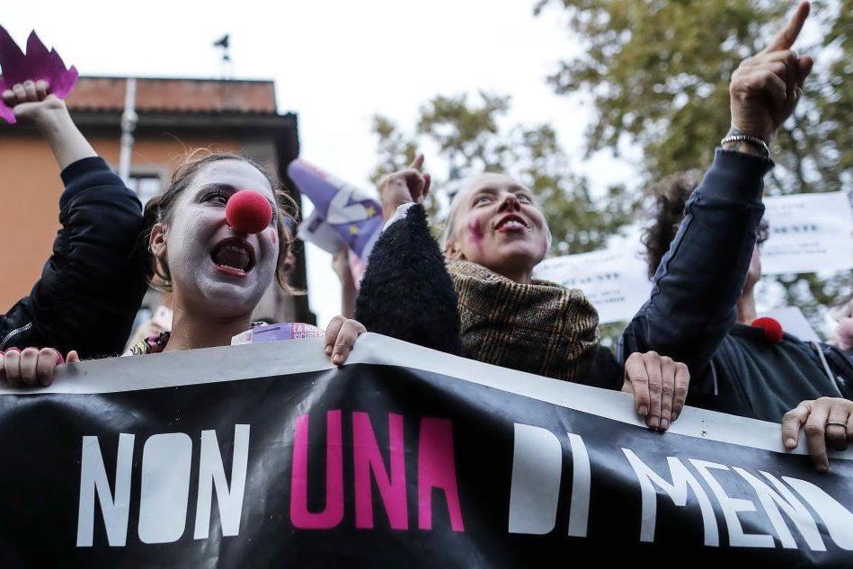 Giornata contro la violenza sulle donne , migliaia di ragazze in piazza