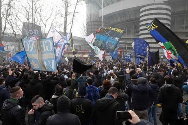 Derby Milan-Inter, migliaia di tifosi fuori dallo stadio