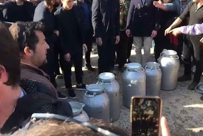 I giocatori del Cagliari rovesciano il latte