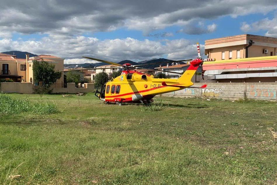 Tortolì, giovane accusa un malore: interviene l'elicottero