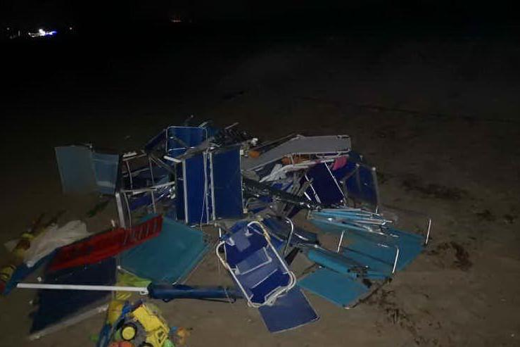 I furbetti del posto in spiaggia: 150 attrezzature sequestrate, fra ombrelloni e sdraio
