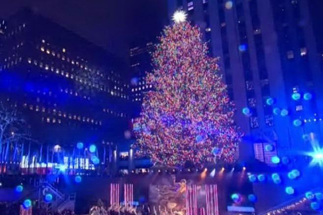 New York, si accendono le luci dell'albero di Natale più famoso del mondo