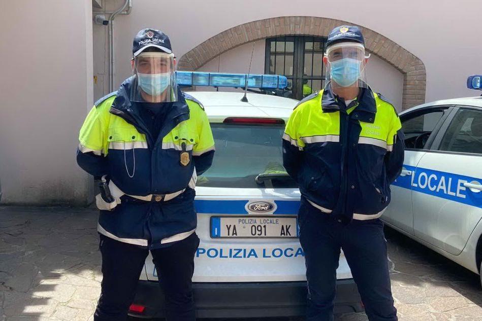 Oristano, i volontari donano caschi protettivi anche alla polizia locale
