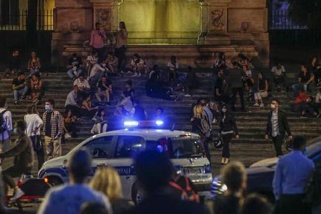 """""""Mettete la mascherina"""", vigili aggrediti da un gruppo di ragazzi a Ponte Milvio"""
