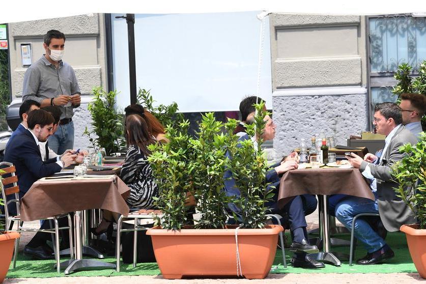 """Il limite di 4 ai tavoli dei ristoranti, l'ipotesi: """"In zona bianca solo al chiuso"""""""