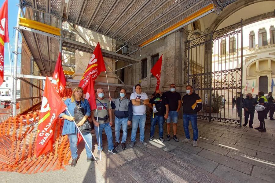 """Cagliari, sit-in dei dipendenti degli appalti comunali davanti al Municipio: """"Basta salari da fame"""""""