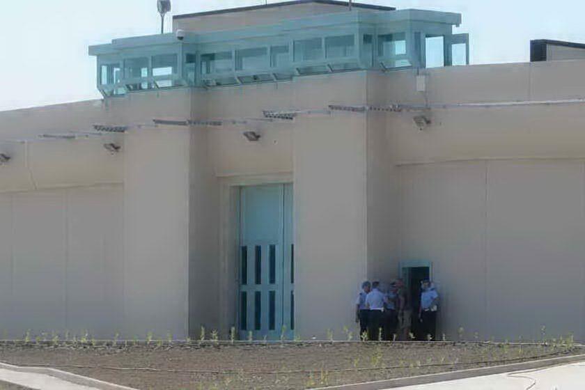 Tenta di scappare saltando dalla finestra, detenuto bloccato