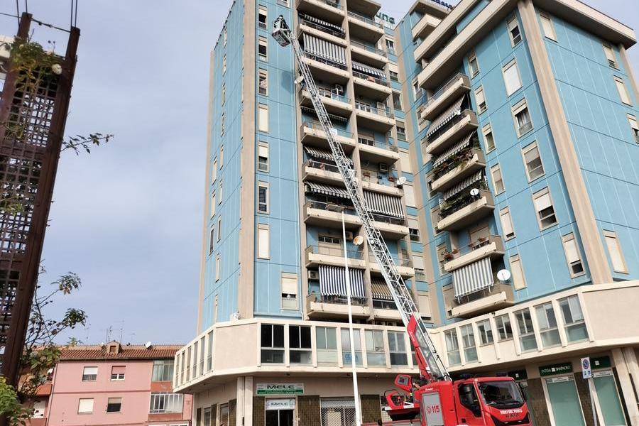Carbonia, donna resta bloccata al nono piano: intervengono i vigili del fuoco