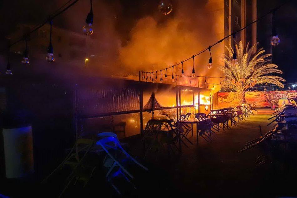 Paura nella notte a Quartu, a fuoco il bar Flower Park