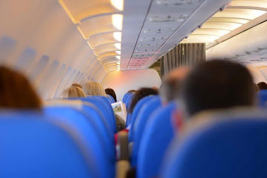 La figlia di 2 anni non ha la mascherina: madre cacciata dall'aereo