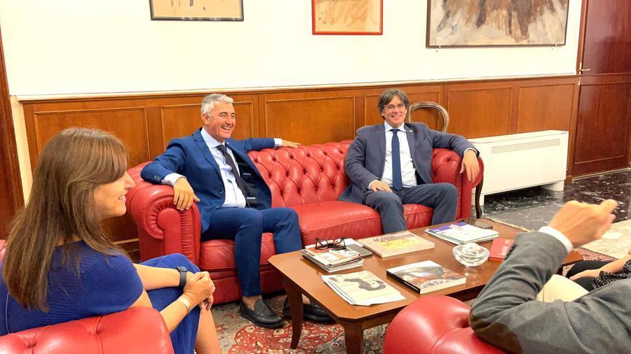 Carles Puigdemont e Laura Borras, presidente del Parlamento catalano, col sindaco di Alghero, Mario Conoci (Ansa)