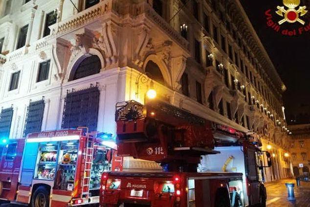 Fiamme in albergo, clienti evacuati nella notte