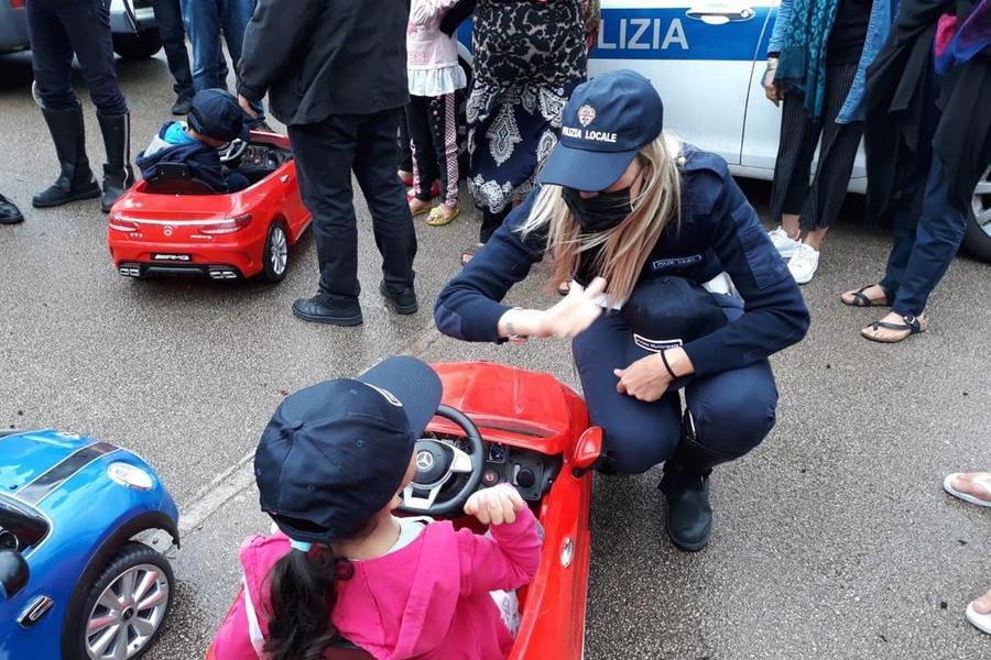 Sassari, la Polizia locale dona giochi e materiale scolastico ai bimbi afghani