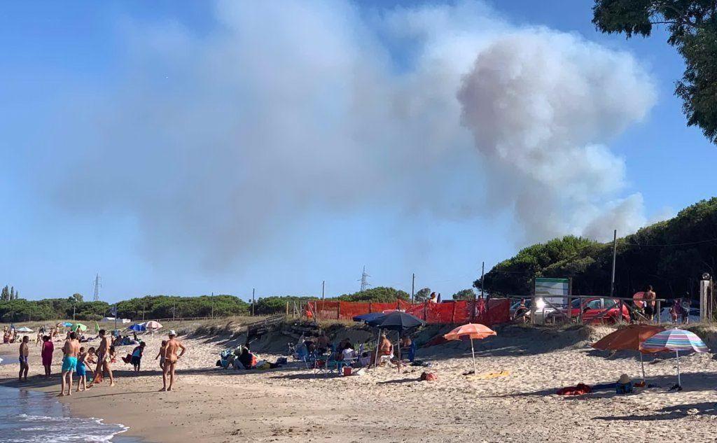 Fuoco a ridosso della spiaggia Manna a Santa Maria Navarrese, vicino a Baunei (foto inviata dalla lettrice Monica Sulas)