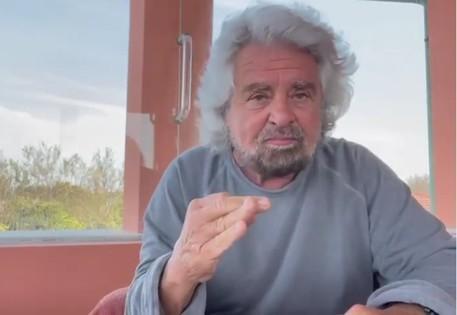 Un frame del video di Beppe Grillo