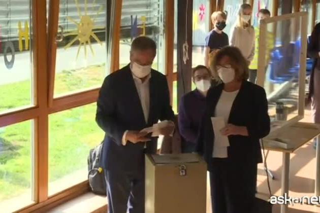Elezioni tedesche, il candidato Laschet vota ma piega male la scheda