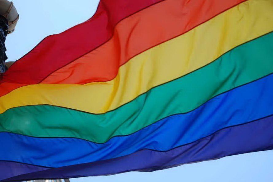 Vetrina di un negozio imbrattata con scritte omofobe, la titolare posta le foto su Fb