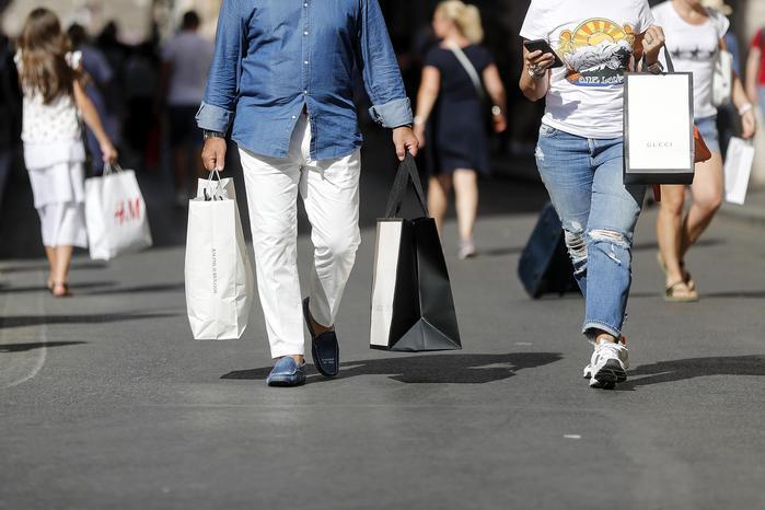 Le famiglie tornano ai consumi, cala la pressione fiscale