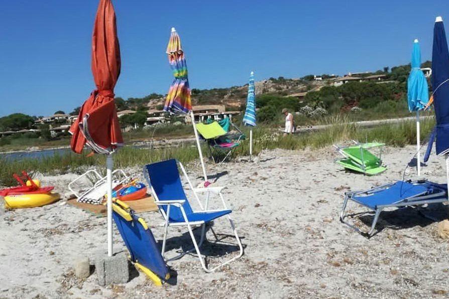 """Ombrelloni e sdraio per """"marcare"""" il posto in spiaggia: raffica di sequestri a San Teodoro"""