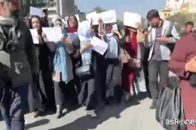 Kabul, picchiati i giornalisti che filmano la protesta delle donne
