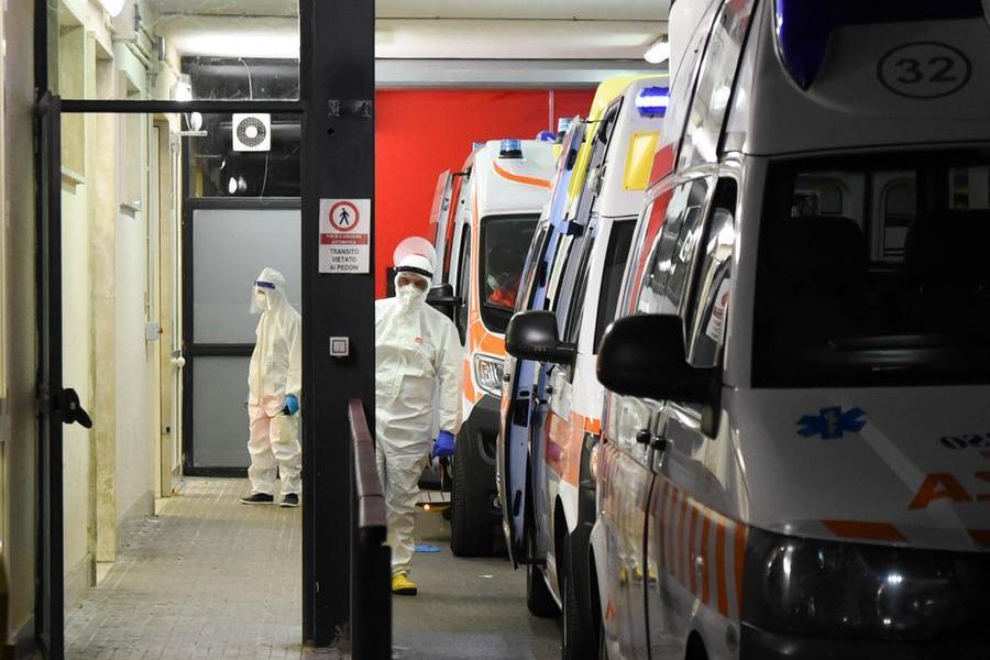 Ambulanze in fila al pronto soccorso di Sassari (foto Calvi/archivio L'Unione Sarda)