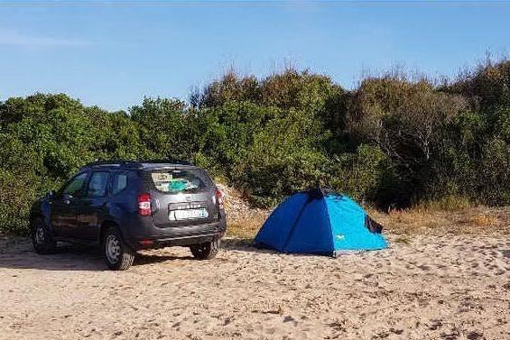 """Auto parcheggiata in spiaggia ad Alghero: """"Abbiamo chiamato i barracelli"""""""