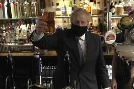Boris Johnson al pub: prima pinta di birra dopo il lockdown