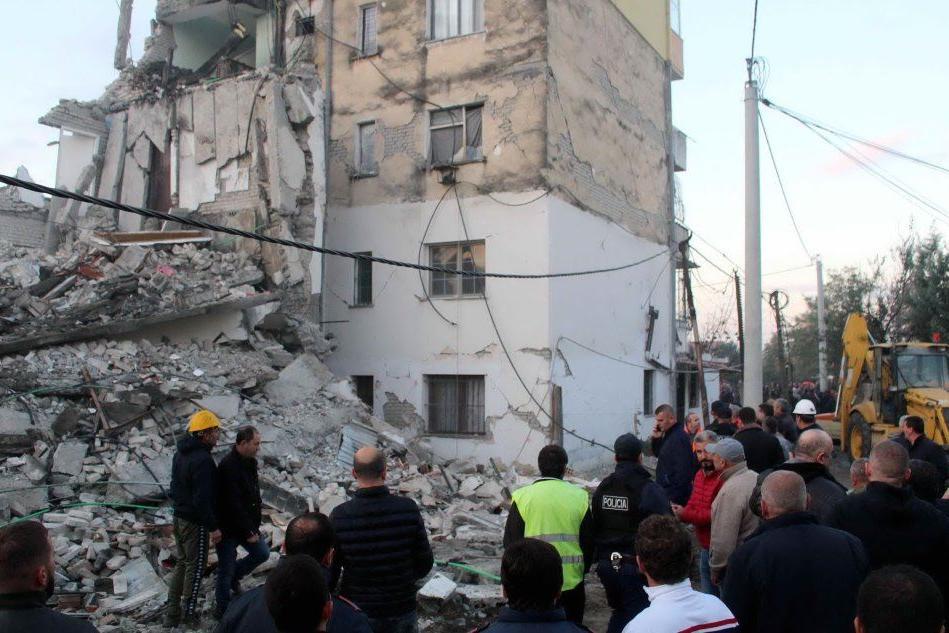 Colpita l'area intorno a Durazzo, edifici crollati