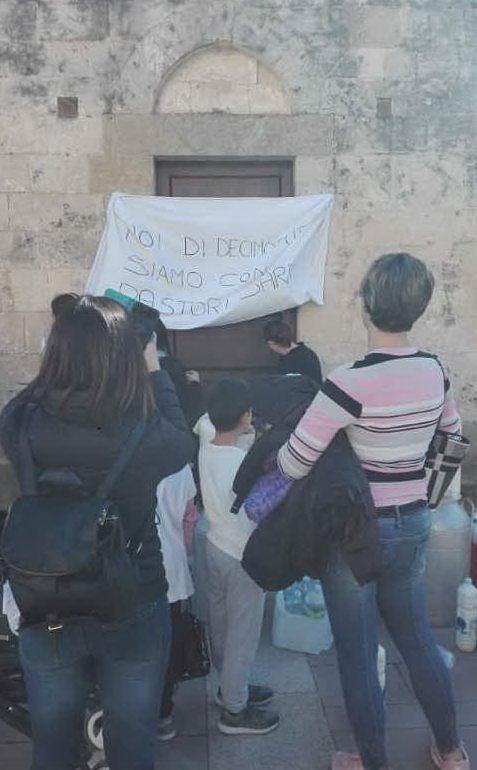 Studenti e genitori fuori dall'istituto