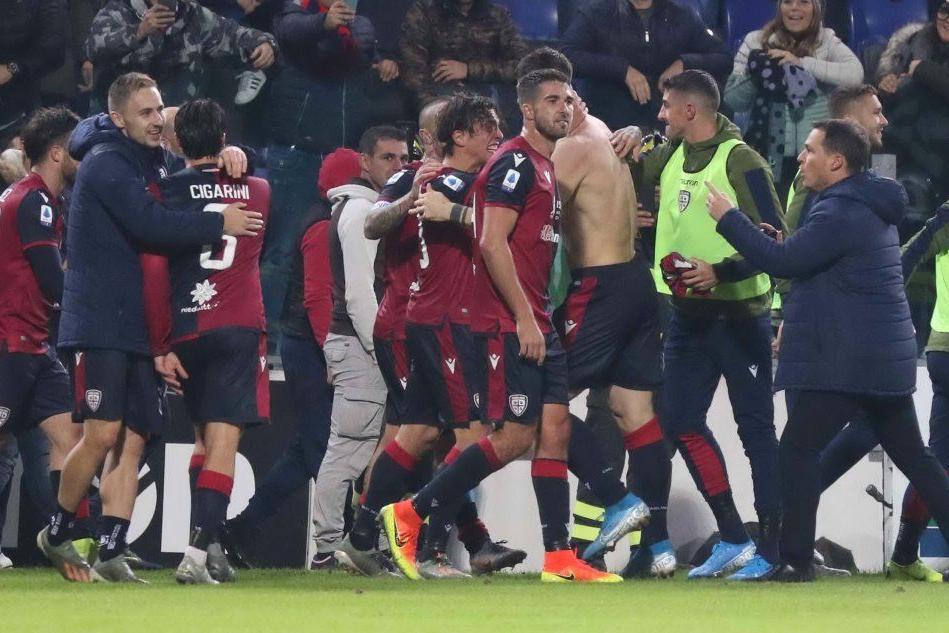 L'esultanza del Cagliari a fine partita (Ansa)