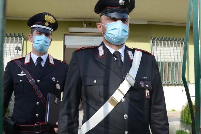 Cagliari, spia e filma i vicini: 75enne arrestato per stalking