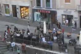 Paura in via Garibaldi, cadono calcinacci tra i passanti