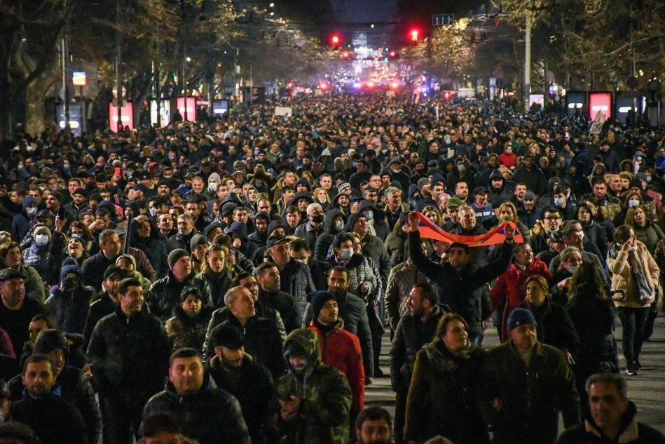 Armenia, 20mila persone in piazza per sostenere il premier