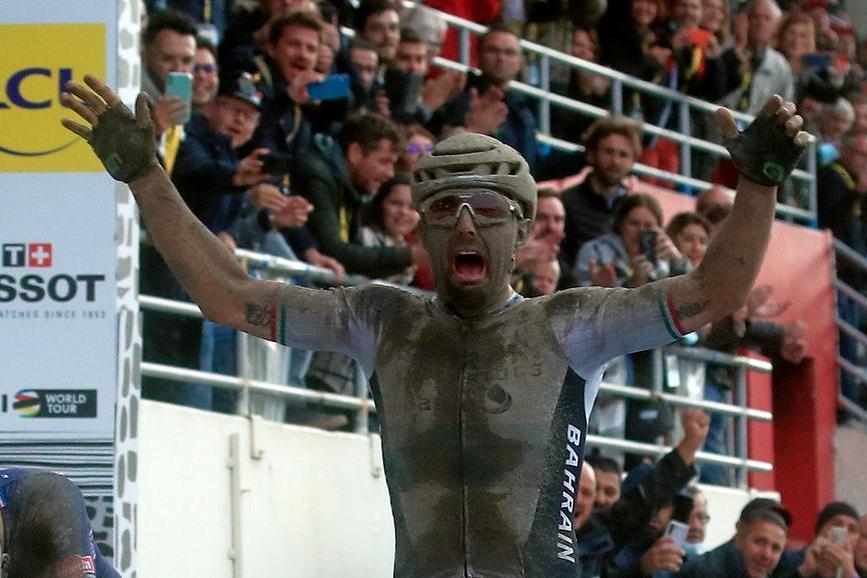 La Parigi-Roubaix torna in Italia dopo 22 anni: epico trionfo di Colbrelli nel fango