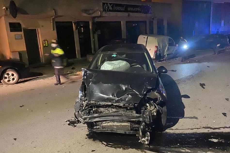 Auto fuori controllo a Tempio, travolge cinque vetture e distrugge una vetrina