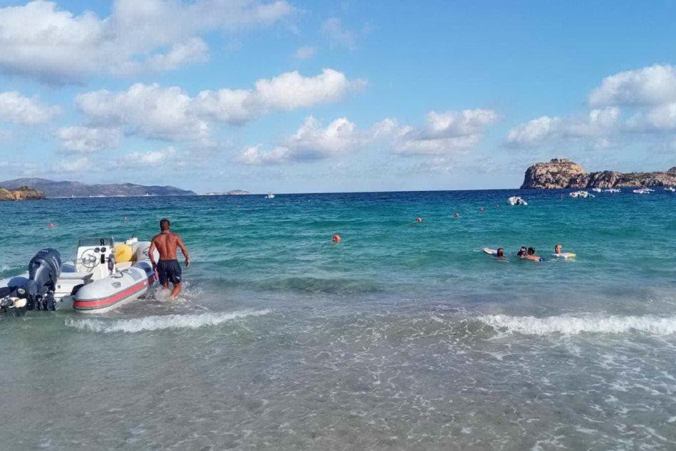 Tragedia all'Isola Rossa, annega una turista