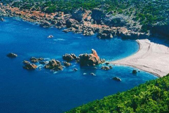 La spiaggia di Tinnari e i ciottoli di trachite rossa e grigia